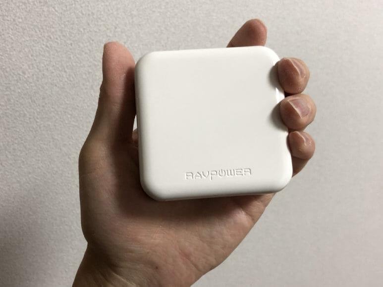 おすすめの充電器一体型モバイルバッテリーRAVPower「RP-PB122」|サイズは成人男性の手のひらに収まるくらいです。