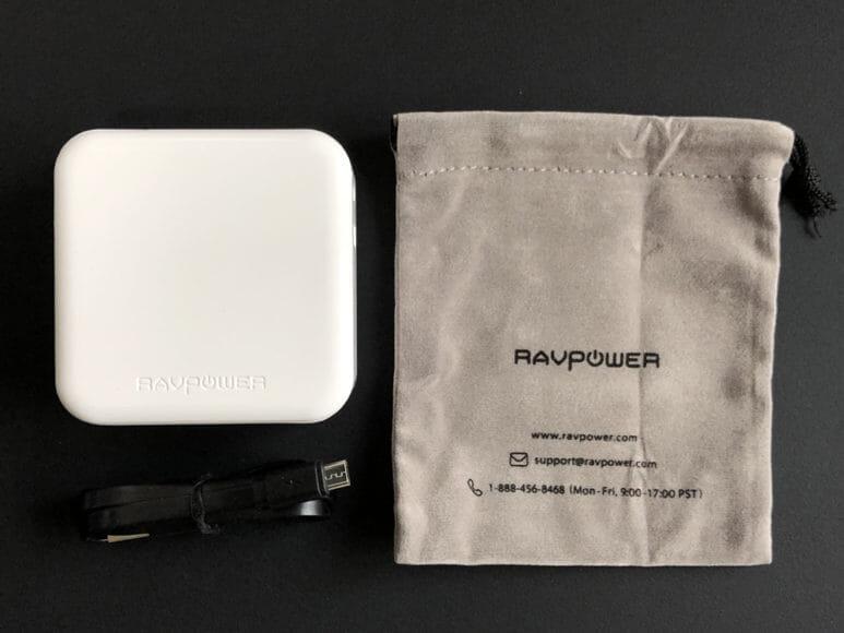 おすすめの充電器一体型モバイルバッテリーRAVPower「RP-PB122」|付属品は充電コード、収納ケース、ユーザーガイドの3点。
