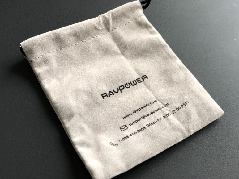 おすすめの充電器一体型モバイルバッテリーRAVPower「RP-PB122」|付属の収納ケースはベロア生地のような起毛感が心地よいケース。