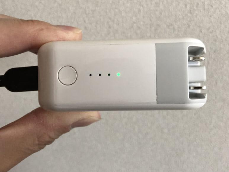 おすすめの充電器一体型モバイルバッテリーRAVPower「RP-PB122」|急速充電時はLEDインジケーターが1点緑色に光ります。