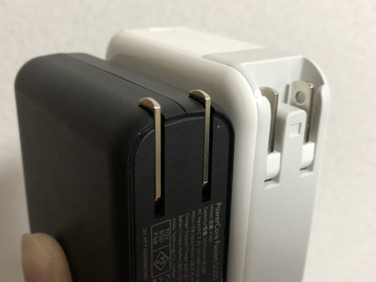 おすすめの充電器一体型モバイルバッテリーRAVPower「RP-PB122」|「RP-PB122」のACプラグは本体から出っ張っていません。