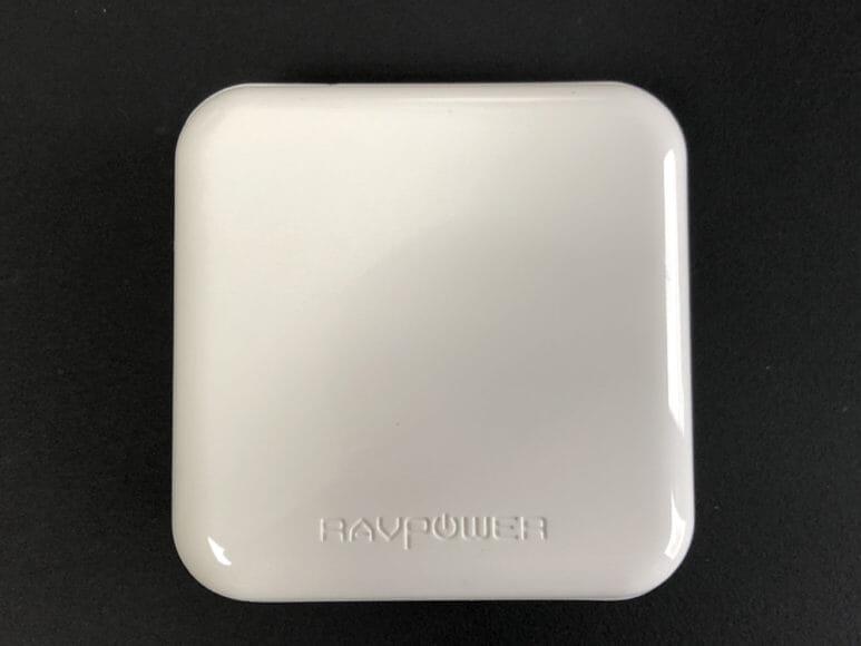 おすすめの充電器一体型モバイルバッテリーRAVPower「RP-PB122」|ツルリとした光沢感が美しい無駄のないシンプルな造りです。