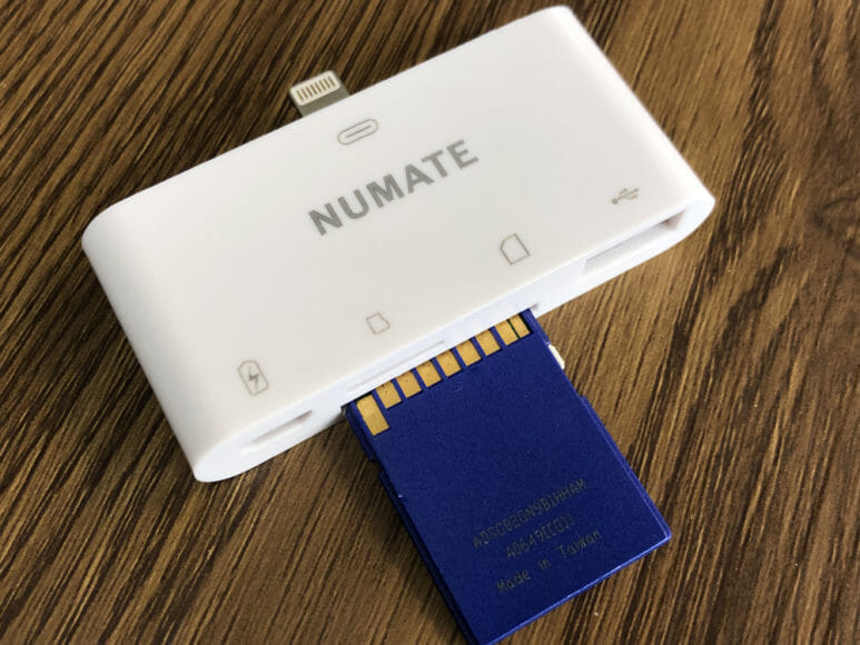 iPhone用おすすめSDカードリーダー&使い方まとめ|まずNUMATEにSDカードを差し込みましょう。