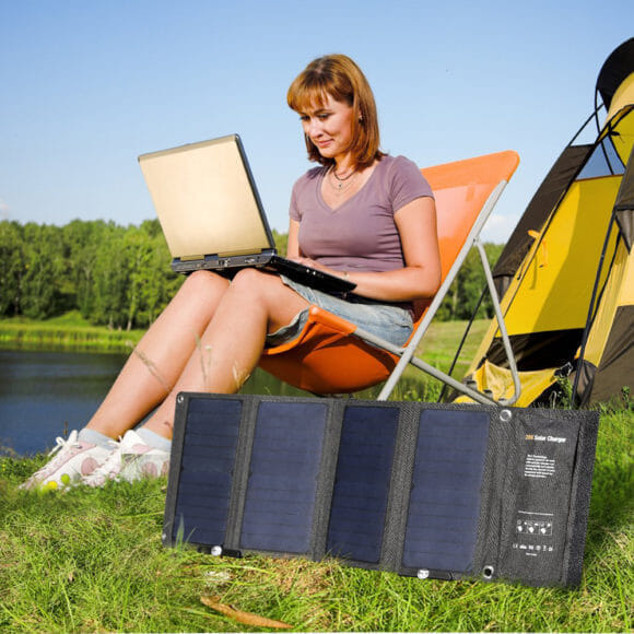 アウトドア向けおすすめソーラー充電器まとめ|ソーラー充電器とは、太陽光によって発電した電気を使って様々な機器に電気を供給できるものです。