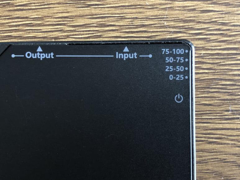 超薄型6mmモバイルバッテリーTNTOR WT-550レビュー|本体側面のLEDインジケーターでバッテリー残量が5段階で分かるので重宝します。