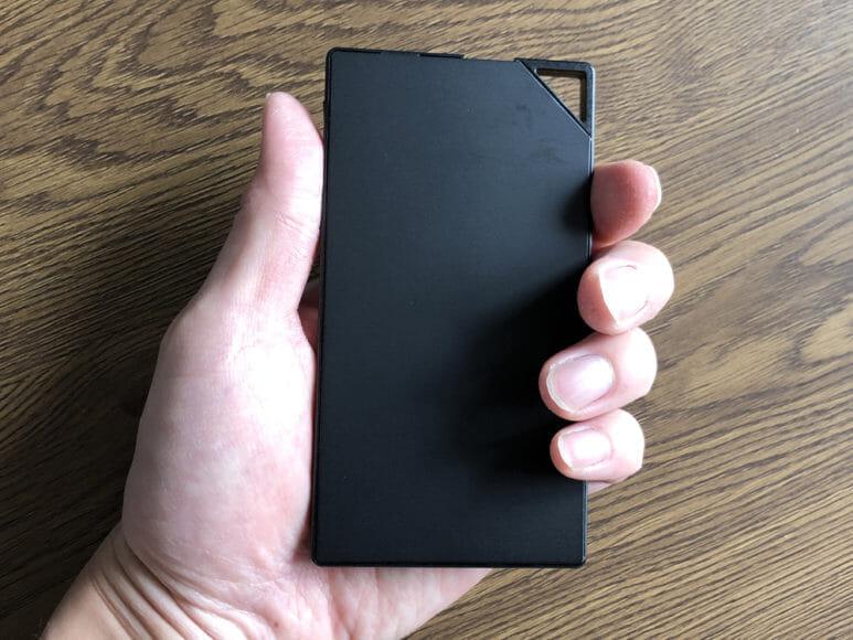 超薄型6mmモバイルバッテリーTNTOR WT-550レビュー|手に持ったフィーリングは非常に持ちやすく感じます。薄くて軽くて最高です。