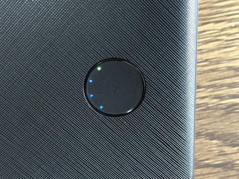 おすすめのモバイルバッテリーAnker「PowerCore Slim 10000 PD」レビュー|「低電流モード」に切り替えると一つ目のLEDがグリーンに点灯します。