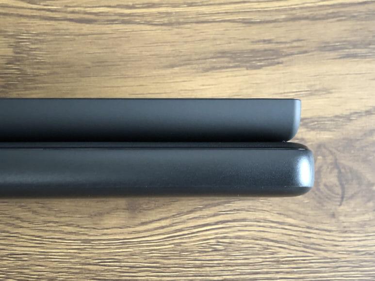 おすすめのモバイルバッテリーAnker「PowerCore Slim 10000 PD」レビュー|上が「Slim 5000」、下が「Slim 10000 PD」。パッと見は違いが分からないほど「PowerCore Slim 1000 PD」のボディは薄いです。