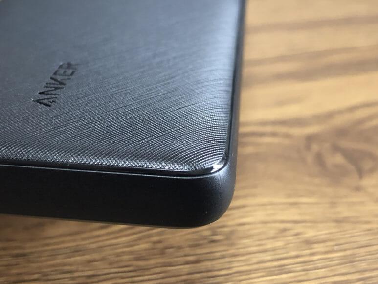 おすすめのモバイルバッテリーAnker「PowerCore Slim 10000 PD」レビュー|角は面取り処理を施す徹底ぶり。これだからAnker製は美しい。