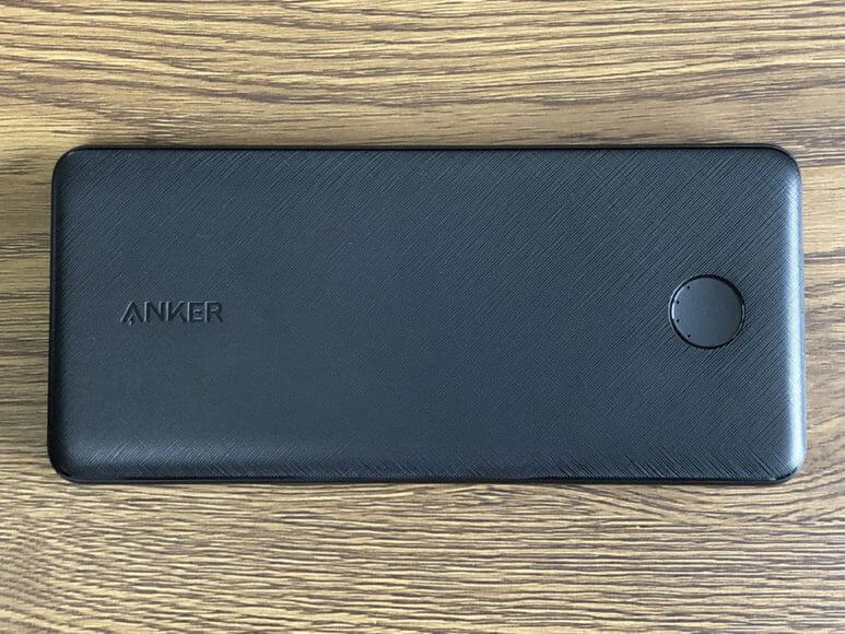 おすすめのモバイルバッテリーAnker「PowerCore Slim 10000 PD」レビュー|「PowerCore Slim 10000 PD」を正面から見た感じです。