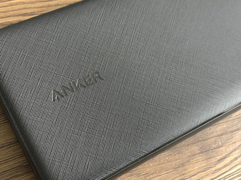 おすすめのモバイルバッテリーAnker「PowerCore Slim 10000 PD」レビュー|表面の細かい格子状のメッシュ加工が上質感を演出しています。