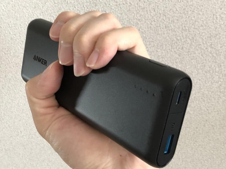 おすすめのモバイルバッテリーAnker「PowerCore Speed 20000 PD」レビュー|この大きくアールがかった面は握った際に手にかかる圧を軽減してくれるので、持ちやすくて手にも馴染みます。
