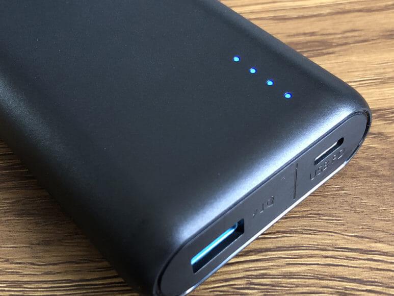 おすすめのモバイルバッテリーAnker「PowerCore Speed 20000 PD」レビュー|バッテリー本体前面には4点のLEDライトが配されています。