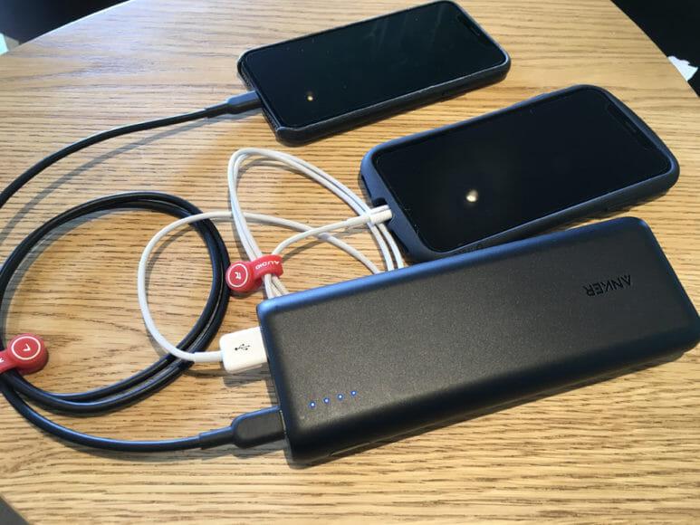 おすすめのモバイルバッテリーAnker「PowerCore Speed 20000 PD」レビュー|大容量のメリットを活かして自分のスマホとタブレットを2台同時充電したり、旅行中ならパートナーのスマホと自分のスマホを同時充電させたり。大容量だからこそできる活用法ってあります。