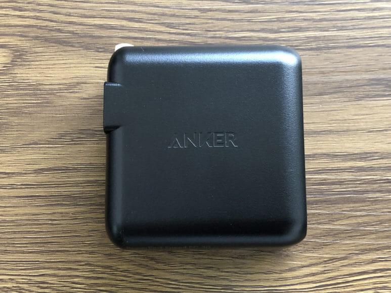 おすすめのモバイルバッテリーAnker「PowerCore Speed 20000 PD」レビュー|付属するUSB-C急速充電器の外観。