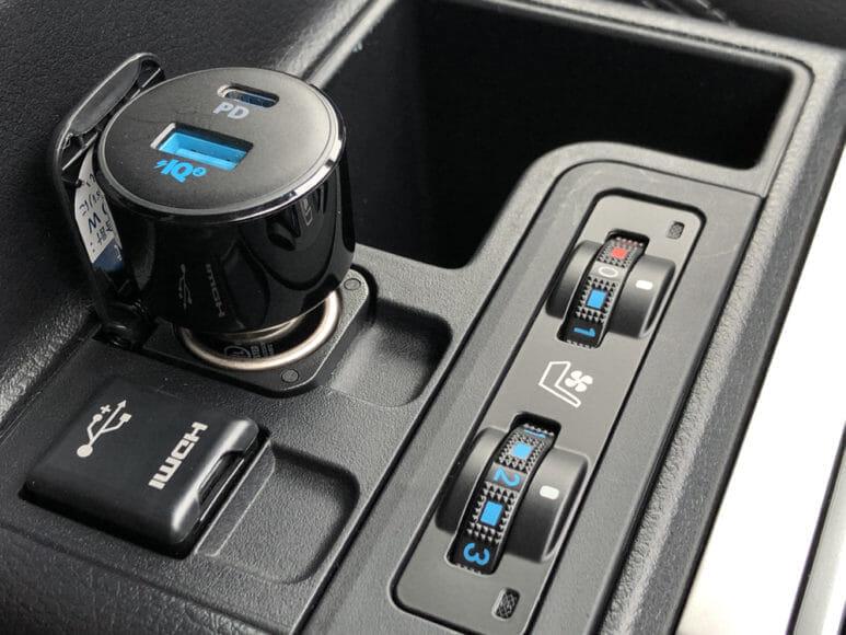 Anker「PowerDrive Speed+2-1 PD & 1 PowerIQ 2.0」レビュー|充電器本体がブラック基調なので基本的に車内の雰囲気を阻害するような印象はないですね。
