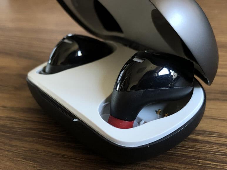おすすめ完全ワイヤレスイヤホンAstrotec「S60」レビュー|Astrotec「S60」のイヤーピース交換で注意したいのが、交換したまま(他社製イヤーピースを装着したまま)の状態で充電ケースに入らないこと。