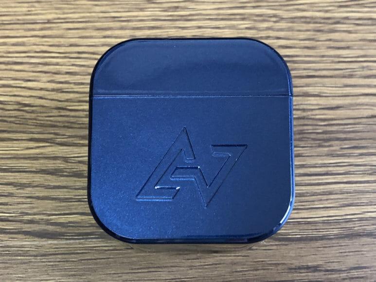 おすすめ完全ワイヤレスイヤホンAVIOT「TE-D01g」レビュー 充電ケースの前面には大きくロゴがあしらわれています。