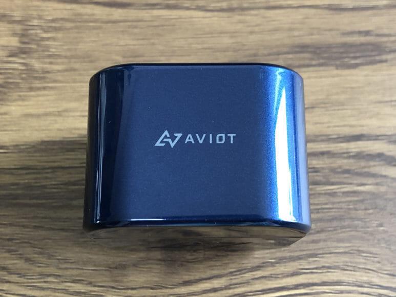 おすすめ完全ワイヤレスイヤホンAVIOT「TE-D01g」レビュー|充電ケース上面には「AVIOT」と刻印が入っています。