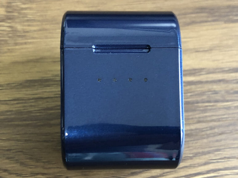 おすすめ完全ワイヤレスイヤホンAVIOT「TE-D01g」レビュー|充電ケース側面にはLEDインジケーターが配されています。