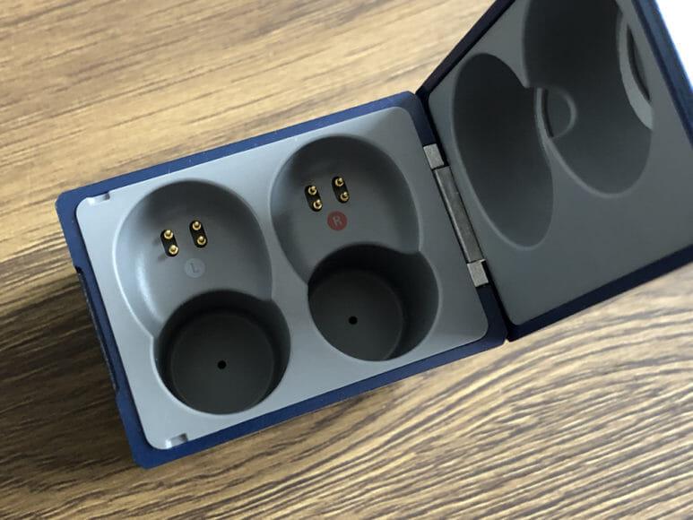 おすすめ完全ワイヤレスイヤホンAVIOT「TE-D01g」レビュー 充電ケースの中はいたってシンプルです。