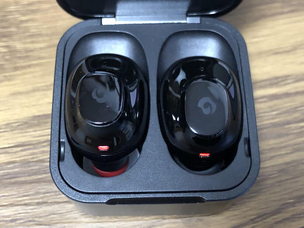 おすすめ完全ワイヤレスイヤホンGLIDiC「Sound Air TW-5000s」レビュー|左イヤホンにSpinfit「CP100」を装着させた状態で充電ケースに収めた様子ですが、問題なく収まっているのが分かりますね。