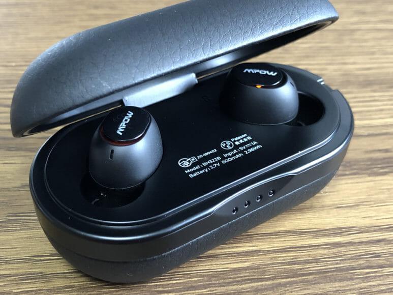 おすすめのBluetoothイヤホンMpow「T5」レビュー|電源ONはイヤホンを充電ケースから取り出すだけ、電源OFFは充電ケースに仕舞ってフタを閉じるだけでOK。