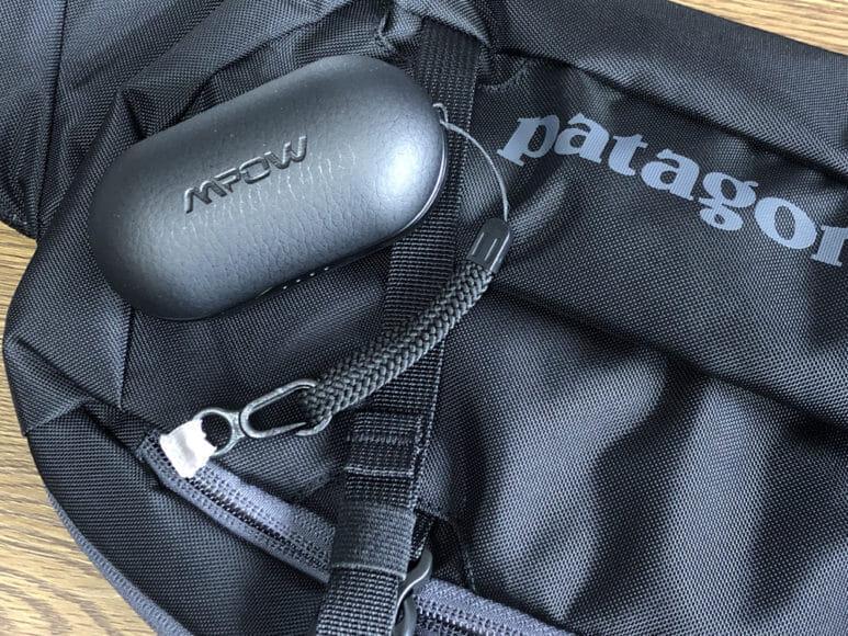 おすすめのBluetoothイヤホンMpow「T5」レビュー 僕の場合はパタゴニアのボディバッグ「atom sling 8L」のポケット内にあるフックにストラップを引っ掛けて使っています。