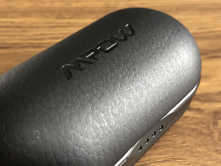 おすすめのBluetoothイヤホンMpow「T5」レビュー 充電ケースの表面には合成皮革(フェイクレザー)が使用されていて、高級感を感じる雰囲気に仕上がっています。