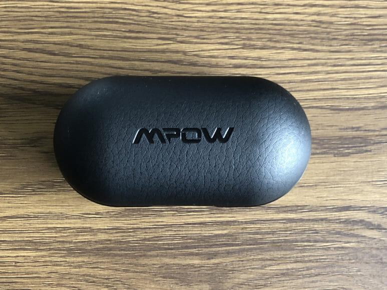 おすすめのBluetoothイヤホンMpow「T5」レビュー やっぱりレザーは雰囲気があります。 合成皮革(フェイクレザー)ですが、やっぱりプラスチック感満点な外装よりも数段リッチに見えますね。