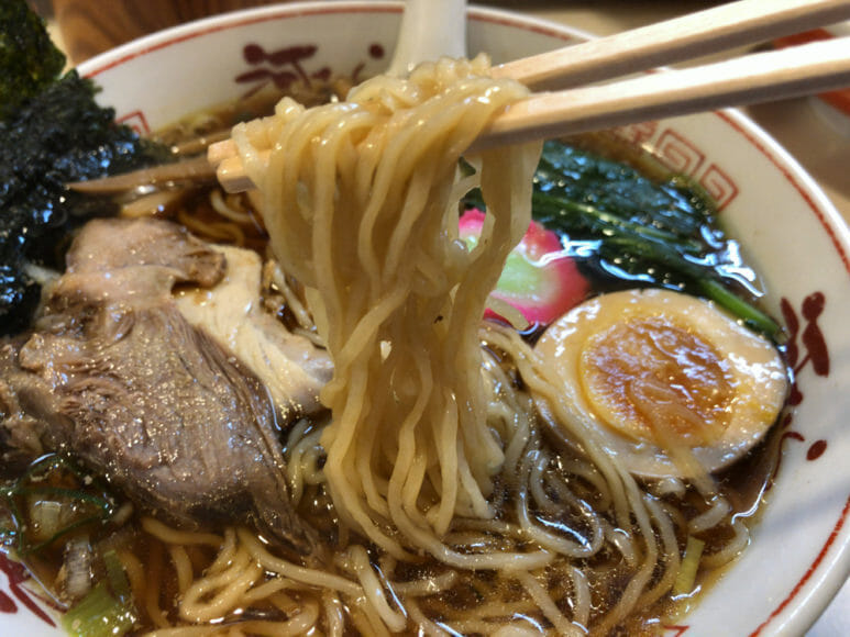 釧路のおいしいラーメン屋さん「河むら」|特注の極細ちぢれ麺はスープが絡みに絡んで食が進みます。