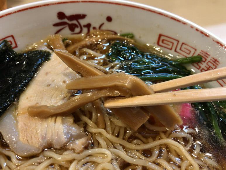 釧路のおいしいラーメン屋さん「河むら」|メンマはしんなりと柔らかめ。スープがしみていて噛むとジュワッとあふれ出します。