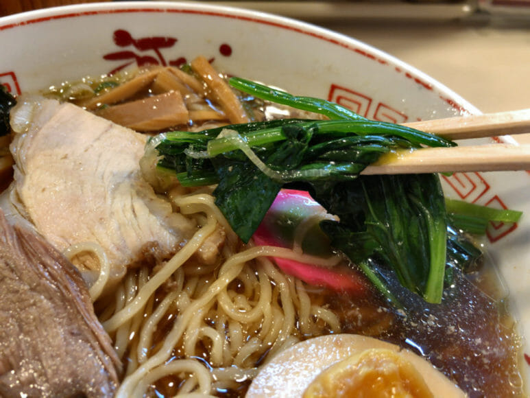 釧路のおいしいラーメン屋さん「河むら」|シャキッとした食感と青菜の新鮮な香りがたまらないほうれん草。