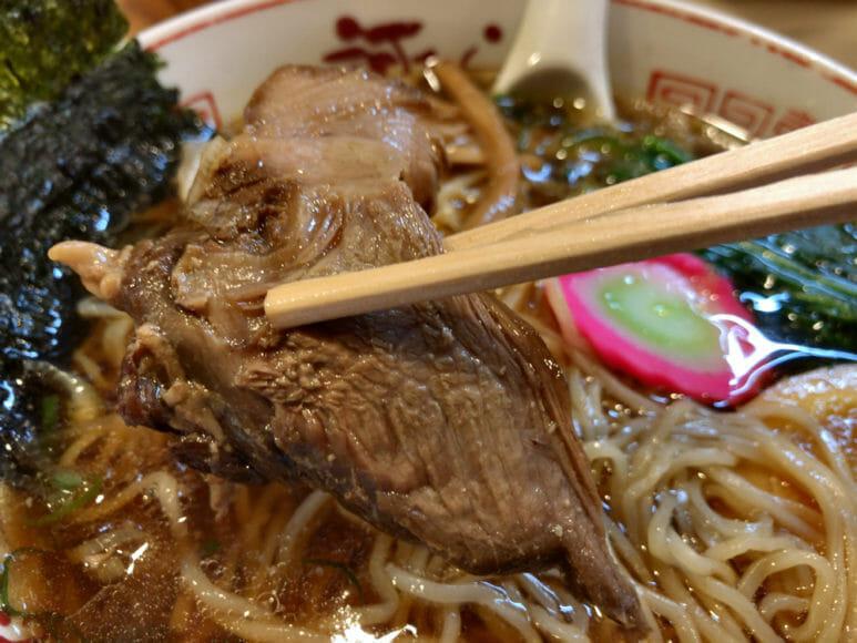 釧路のおいしいラーメン屋さん「河むら」|黒いチャーシューはしっかりと濃い味。食べ応えあります。