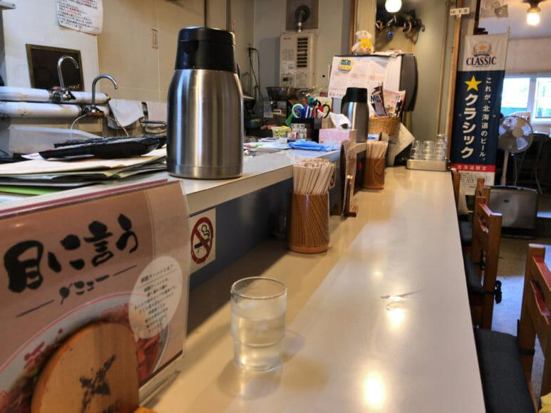 釧路のおいしいラーメン屋さん「河むら」|店内は昭和を感じさせる独特の雰囲気。