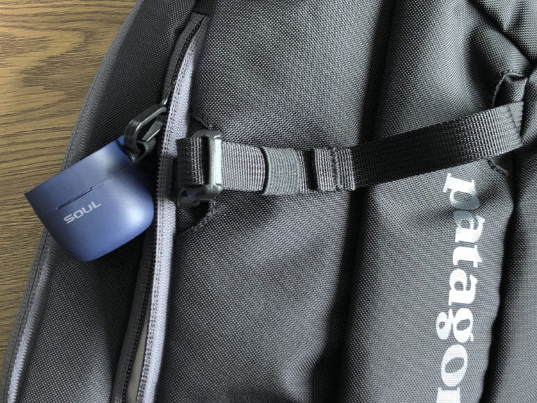 おすすめのBluetoothイヤホンSOUL「ST-XX」レビュー|僕はパタゴニアのボディバック「Atom Sling 8L」の小さめのポケットに付いているフックに充電ケースのストラップを引っ掛けて使っています。
