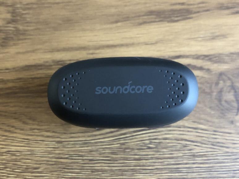 Anker Soundcore Liberty Airレビュー|充電ケースのフタには、さりげないクールな加工も施されています。