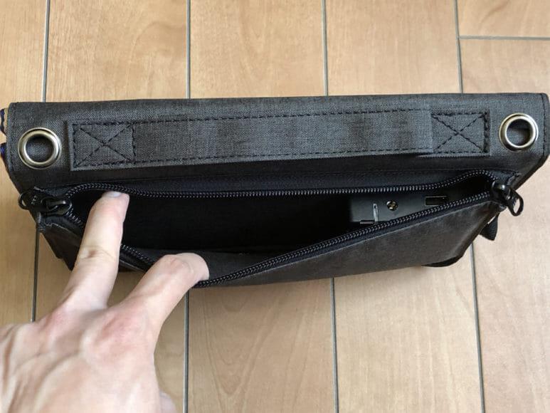 ソーラー充電器suaoki・Anker 60W比較レビュー|suaoki「60W ソーラーチャージャー」にも収納ポケットが付いていますが、マチがないので大きく開けずAnkerほど利便性は高くありません。