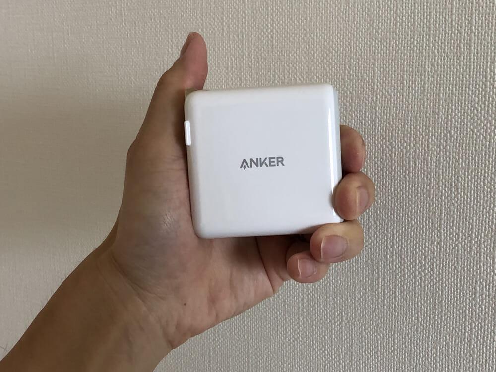 USB PD対応おすすめ小型急速充電器Anker「PowerPort Atom PD2」レビュー|成人男性の手のひらにちょうど収まる大きさ。 このサイズ感でMacBook Proを余裕で充電できてしまうというのは、すごいと思います。