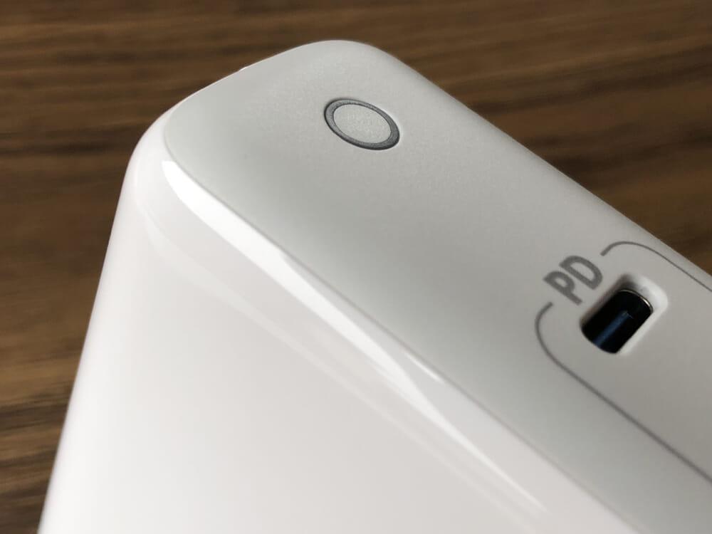 USB PD対応おすすめ小型急速充電器Anker「PowerPort Atom PD2」レビュー|グロス&マットな質感が採用されています。 特にマットな部分の質感が上質ですね。グロス部分との境界も上手くデザインされています。