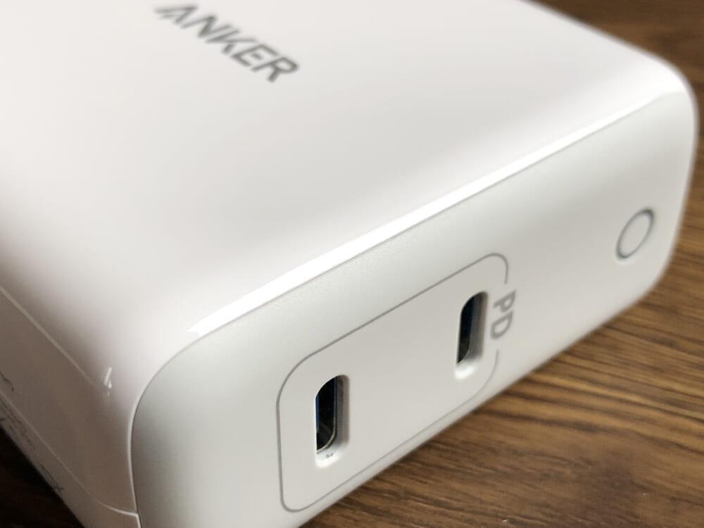 USB PD対応おすすめ小型急速充電器Anker「PowerPort Atom PD2」レビュー|マット部分とグロス部分の境界も見事に溶け込んでいて、上手くデザインされています。