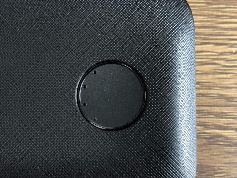 Anker PowerCore 10000 PD Reduxレビュー|本体前面に配されたLEDインジケーターは濃い目のブルーが鮮やか。この画像は無点灯時のものです。