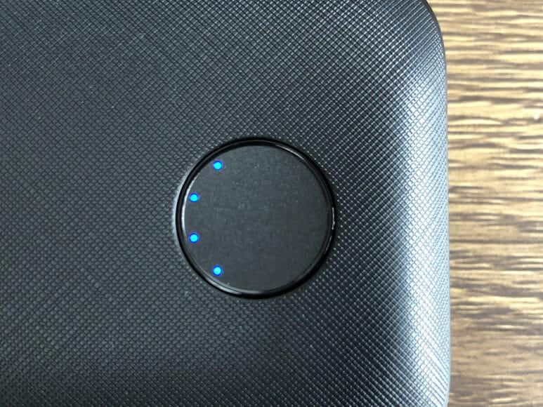 Anker PowerCore 10000 PD Reduxレビュー|本体前面に配されたLEDインジケーターは濃い目のブルーが鮮やか。この画像は点灯時のものです。