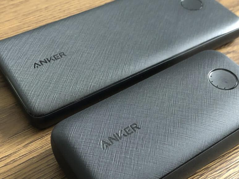 Anker PowerCore 10000 PD Reduxレビュー|表面のメッシュ加工やLEDインジケーター・ボタンまわりなど、見た目は完全に兄弟分のような似通い具合。 デザイン性に違いは見られず、やはりポイントはサイズ感かと。
