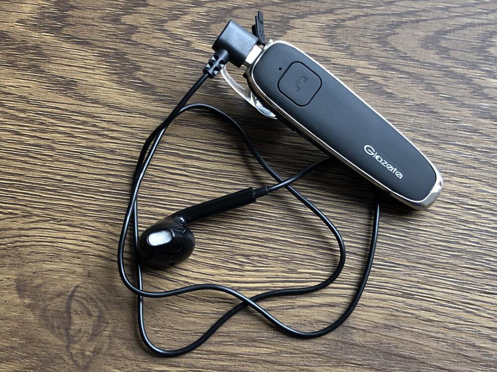 Glazata E30レビュー|付属のシングルイヤホンをmicro USBポートに差し込めば両耳で音声通話を行えるようになります。さらに相手の音声がクリアに聞こえるので、いざというときにおすすめです。