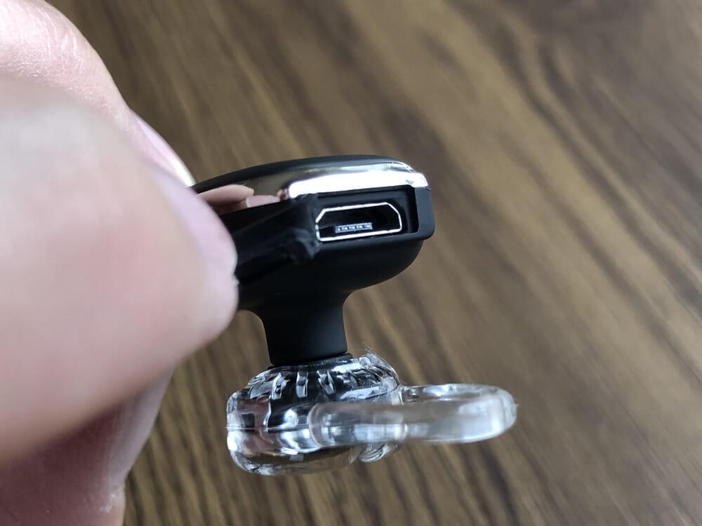 おすすめBluetoothヘッドセットGlazata「E30」レビュー|防水対応になったこともあって、micro USBポートには蓋が付いています。