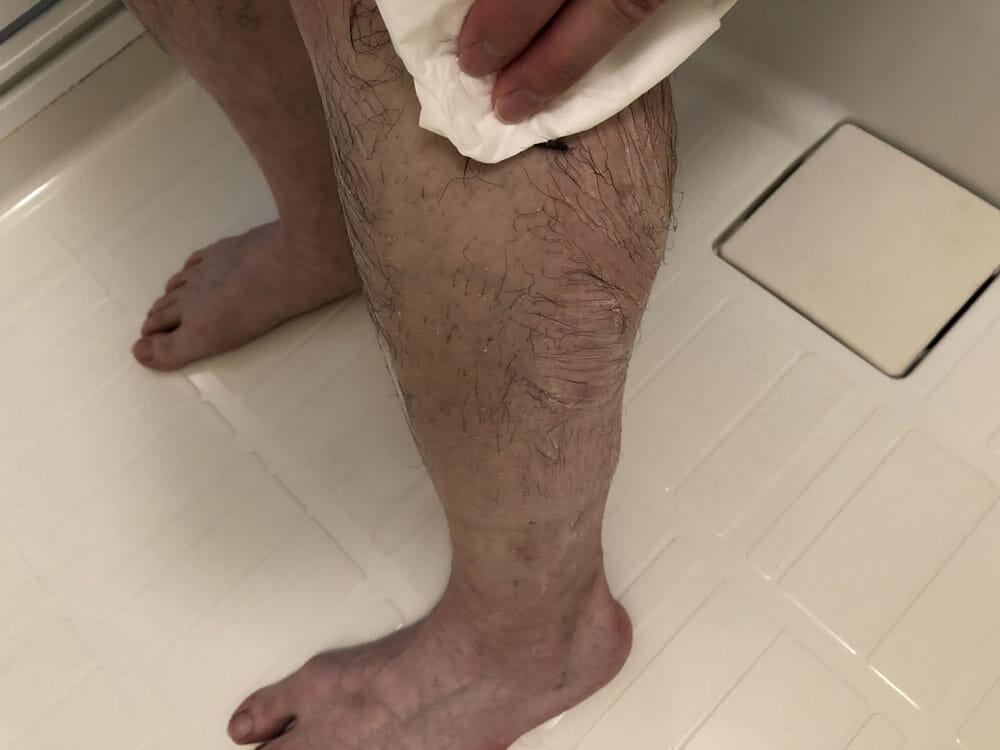 メンズ向けおすすめ脱毛・除毛グッズ「プレミアムリムーバー グート」|除毛クリームを塗って約10分後、クリームを拭き取っていきます。