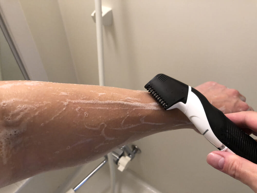 男のムダ毛処理におすすめのボディトリマーER-GK60レビュー|ボディソープで全身を洗ったあとに気になる部分をササッと刈り込む。使い終わったらその場で軽くすすいで洗浄すればお手入れ完了・手間要らず。