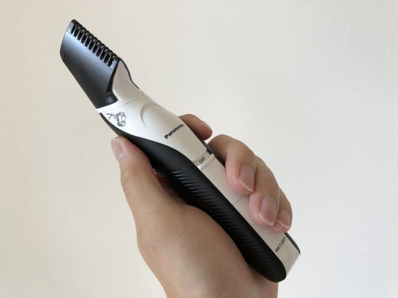 男のムダ毛処理におすすめのボディトリマーER-GK60レビュー|手に馴染むサイズ感。重量も適度な軽さでちょうどいいです。