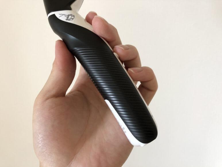 男のムダ毛処理におすすめのボディトリマーER-GK60レビュー|持ち手部分に施された溝加工は、グリップ感を高める工夫のようです。